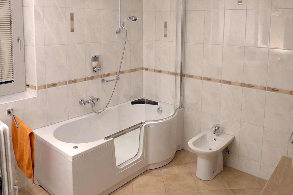 Badsanierung mit Duschbadewanne. Dusche und Badewanne in einem! Im kleinen Badezimmer war hier der Einbau einer Duschbadewanne die Lösung. Der Einstieg in die Wanne wurde dadurch viel komfortabler.
