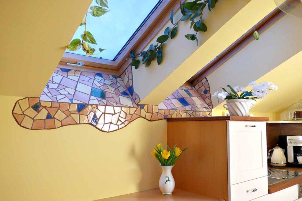 Fliesenmosaik auf der Fensterbank. Fensterbänke und -Laibungen verschmutzen schneller, weil sich dort feuchter Staub und Verunreinigungen durch Insekten absetzen. Für saubere Lösungen der kleinen Problemzonen im Haus sind die Fliesen überall einsetzbar und leicht zu reinigen.