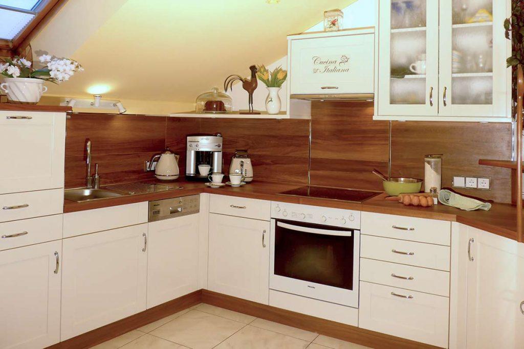 Keramik-Fliesen in Holzoptik. In dieser Küche wurden die pflegeleichteren Wandfliesen passend zu Arbeitsflächen und Holzarbeiten vom Tischler ausgesucht.