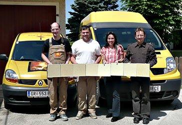 Josef Zistler Hafner Mitarbeiter halten Kacheln für einen Ofen
