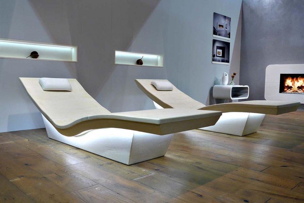 Lounger Two mit schwebendem Design. Die keramische Wärmestrahlung im gesundheitsfördernden Infrarotbereich hat eine Oberflächentemperatur von 32°C +/- 2°C. Die pflegeleichten Spa-Keramik Objekte sind auch für Hotel Wellness-Bereiche beliebt.