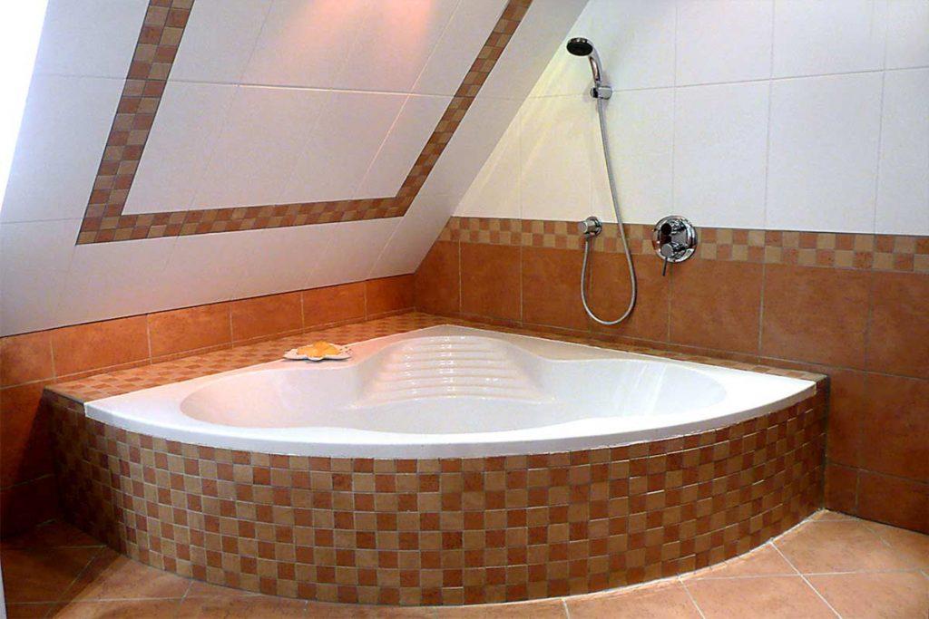 Eck-Badewanne unter der Dachschräge. Eine individuelle und praktische Möglichkeit für den Einbau einer Eckwanne mit Mosaikverkleidung unter einer Dachschräge.