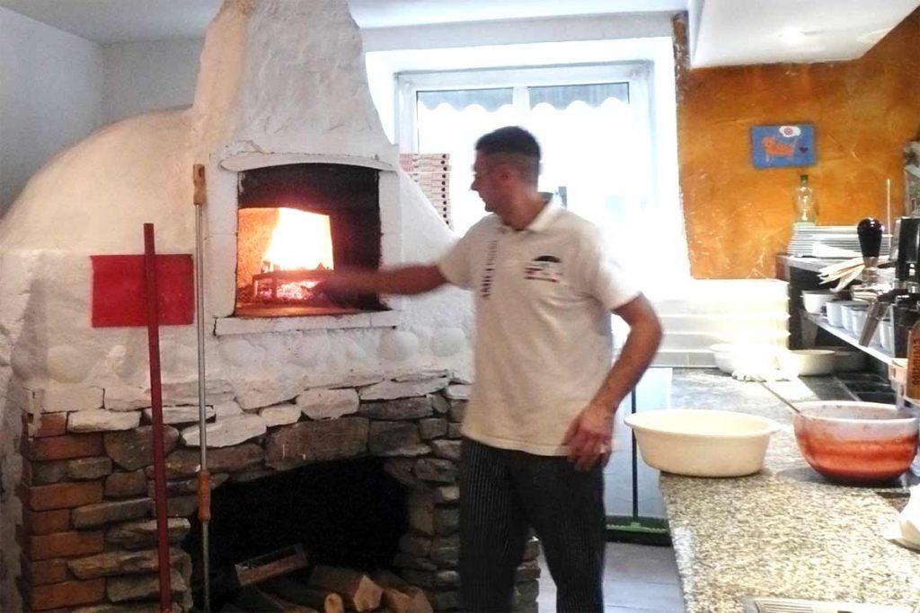 Backofen für die Pizzeria. Dabei zuzusehen wie das Feuer brennt und die Pizzas im Ofen backen, finden auch ihre Gäste spannend. Darum wird der Pizzaofen gerne im Gastzimmer errichtet und hergezeigt.